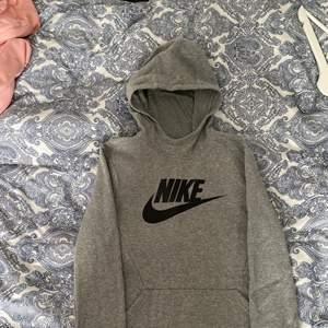 En grå nike hoodie, använd få gånger, 158-170cm (13-15)💓 (återkommer med fraktpriset när den ska skickas)💓