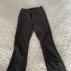 Kostymbyxor från Zara, använda någon gång men hela och rena och inget som syns🌸 tighta och utsvängda längst ner 🌸 säljer för 300kr🌸☺️