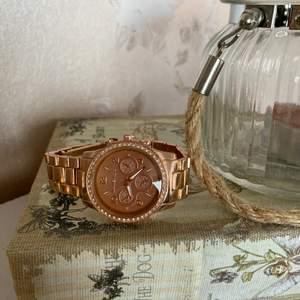 En snygg klocka!! 😍 Säljes för 99kr, frakt tillkommer