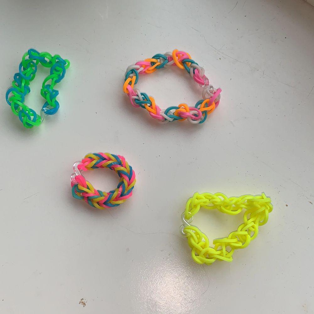 Den gröna är 16cm, Den gula 16cm, Den mindre är en ring för tummen och den andra men olika färger är också 16cm! De är stretchiga! Passar alla. Skriv vilka färger ni vill ha och ifall ni vill ha armband, ring eller halsband!. Accessoarer.