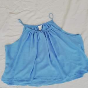 Säljer en blå söt blus från H&M i strl 38. Blusen är juster bar i halsen då det går att ha den bredare och smalare i halsen. Den har dubbelt tyg dom man ser på den sista bilden.