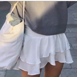 Säljer en jättefin vit kjol. Perfekt till sommaren. Om det är fler som är intresserade blir det budgivning💞köp direkt 270kr