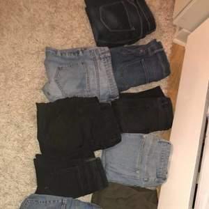 50kr styck, alla för 650 då jag står för frakten. Strlk mellan Xs-S 34-36. Alla jeans är i ok skick och fint skick. Vissa mer använda än andra, inga jeans är trasiga. Från olika märken bland annat Ginatricot, Boohoo, Only, Zara m.m. Jeansen har olika fits, straight leg, mom jeans, skinny jeans m.m.