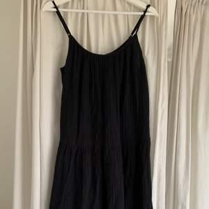 Så fin svart sommarklänning från Hm, använd fåtal gånger så i väldigt bra skick!  Hur den sitter på kan man se på sista bilden, dock är den klänningen jag säljer i svart! Strl 36/S men passar även 38/M