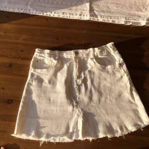 Sommrig och fräsch vit jeanskjol med fransig nederkant! Fint skick! Längd: ca 36cm. Midjemått: ca 72cm!  Checka gärna in mina andra försäljningar! Frågor? Bilder? Skicka så fixar jag!