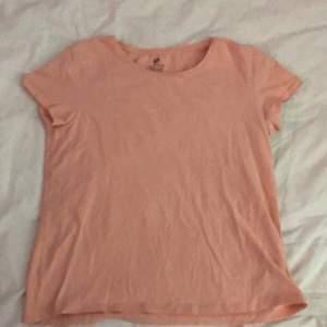 Peach färgad T-shirt från h&m! Den är i storlek 158-164/xs. Hör av er vid intresse. Köparen står för frakt!💕