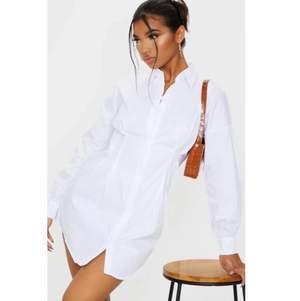 Vit skjortklänning från PrettyLittleThing. Den är insydd i midjan och formar kroppen supersnygga! Perfekt till student! Helt ny med lappar kvar, säljer pga att den inte passade. Nypris: 370kr inkl frakt. Kan mötas i Jönköping annars tillkommer fraktkostnad🖤