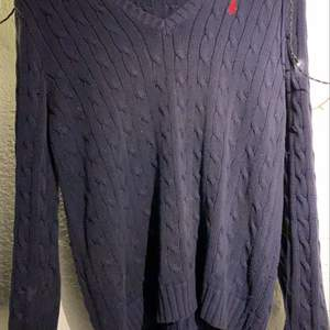 Säljer min vintage v-ringade polo tröja då den ej kommer till användning längre! Den är väldigt overzised!! Men den är i superfint skick