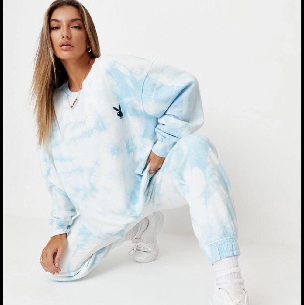 Slutsåld Playboy x Missguided tie dye blå sweatshirt storlek S men oversized så funkar S-L . Huvtröjor & Träningströjor.