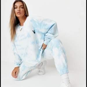 Slutsåld Playboy x Missguided tie dye blå sweatshirt storlek S men oversized så funkar S-L