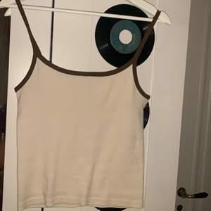 Säljer denna brandy tröjan som är i helt nytt skick, säljer den då den inte är i min still, den är köpt i Brandy som ligger i stockholm och hr änvänds två gånger. Säljer den för 100 kr. Nypris i butik är 175 kr. Köparen står även för frakten men vi kan mötas upp i centrala stockholm. Alla brandys kläder är ju i ONE-size men jag som e i storlek M kan ha den och jag skulle säga att den passar dom som e S-M.