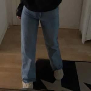 Säljer mina wide leg zara jeans nu för att jag inte riktigt passar i dom längre. klippta så de passar mig som är 166cm, passar upp till 170cm skulle jag säga!