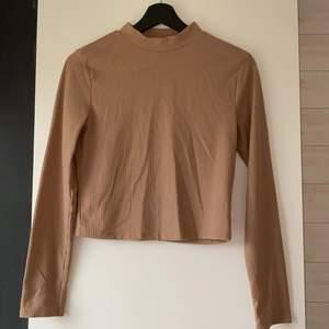 Fin beige/brun polotröja köpt i London! Passar XS-S. Kontakta vid frågor/fler bilder!