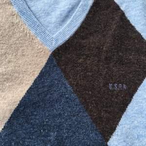 Fin trendig tröja i lammull i strl XL men som passar alla storlekar beroende på hur man vill att den ska sitta! Bra skick💙