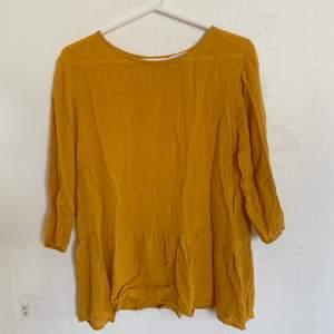 Nu säljer jag denna tröja som är köpt på Åhlens. Storlek 36 och väldigt bra skick. Säljer då den ej längre passar. Säljer även samma modell i andra färger. Hör av er för fler bilder:) köparen står för ev frakt
