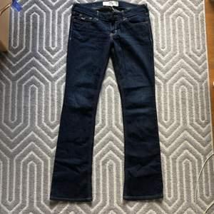 Lågmidjade hollister jeans i storlek 26/31. Köparen står för frakt💕