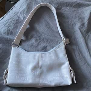 Säljer nu min vita fina väska, super snygg och verkligen cool detalj när det är text på ger en lite vintage känsla, köpare står för frakt hör av er om ni har några frågor