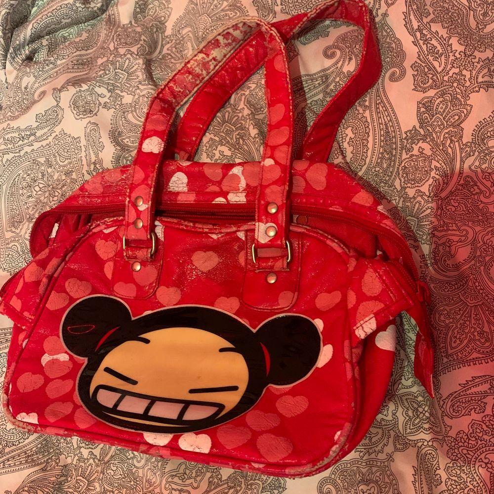 En jätte fin röd väska inte min stil så säljer den kan mötas upp och även kanske frakta 🥰. Väskor.
