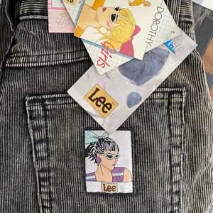 Ett par svin coola jeans i Manchester från lee. Det kommer från en nedlagd modebutik. Skulle nog tro att dem passar folk med medium, stl 38. Dem har en skitcool påsydd lapp på bakfickan! Har tyvärr ingen bild på då dem är alldeles förstora för mig som är 1,50. Hör av er vid frågor! Jag samfraktar gärna!☺️🥰