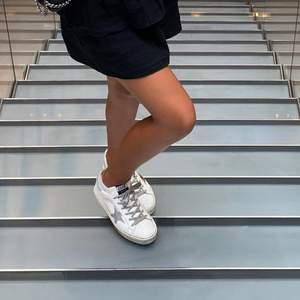 Säljer mina sååååå fina golden goose skor som passar mig som har 37❤️ de är köpta för ca 4500 kr i paris och är i modellen high Star!! De är knappast använda då jag inte haft tillfälle och ser helt nya ut! Jag börjar budgivning på 1500 kr o y budgivning avslutas den 16 April!! Buda inte för något ni inte kan tänka er betala för. Jag kan mötas i Stockholm eller frakta. (Frakt 66 kr). Kram❤️