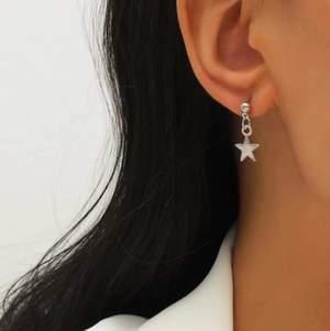 Örhängen i form av en stjärna och en måne. Endast testade. Köparen står för frakten! Skicka gärna ett meddelande om du har några frågor!