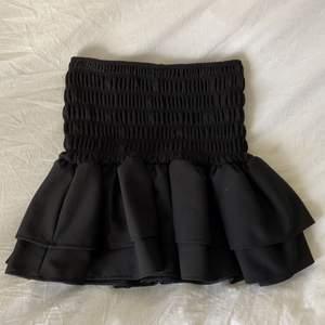 Vet inte riktigt om de är en topp eller en kjol men den funkar som båda!! Från zara! Strechig!