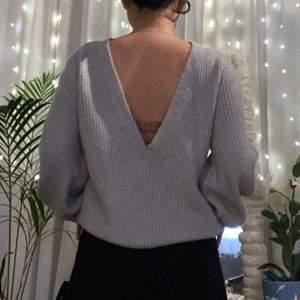 Jag säljer denna skit snygga stickade tröja från Linn Ahlborgs kollektion hon gjorde några år tillbaka med NAKD. Den har ballongärmar och öppen i ryggen vilket är skit snyggt! Extremt skönt material. Nypris på tröjan var 500kr