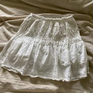 Säljer den populära kjolen från zara. Storlek S och väldigt fint skick. Buda i kommentarerna eller köp direkt för 450 kr + frakt.