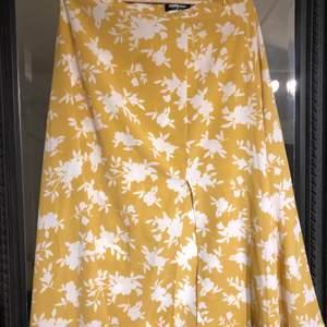 Gul blommig luftig kjol!