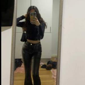 Säljer ett par skin byxor! Jag är 155 och byxorna var lite långa på mig. Byxorna är i storlek xs. Har du frågor kring byxorna går det bra att kontakta mig 😊❤️