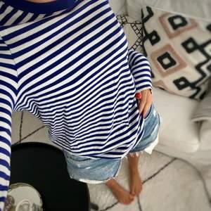 Så fin blåvit randig tröja från Arket. 💙Den är mycket mer klarblå i verkligheten!💙 Bild 2 visar färgen ganska bra. Storlek xs/s