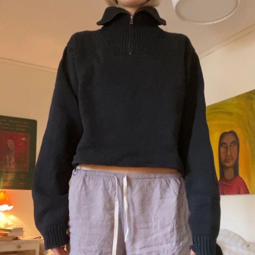 Så snygg croppad tröja som inte kommer till användning. Skick är okej, lite sömmar som hänger. Tröjor & Koftor.