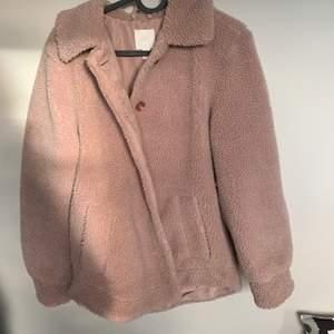 Söt rosa fluffig kappa i fint skick från hm