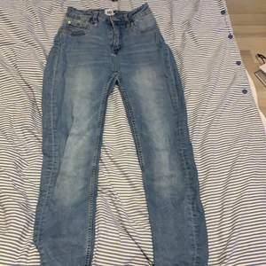 Inget fel på byxorna har ett par likadana så behöver inte två :) dem är klippta ner till och en har gått upp lite men tycker de är ganska snyggt så inget man tängker på!