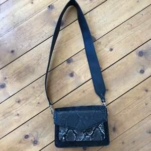 Snygg svart väska med snygga detaljer. Köparen står för frakten😃