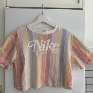 Supersöt tshirt från Nike. Äkta och köpt på zalando. Strl M  Använd Max 5 gånger!