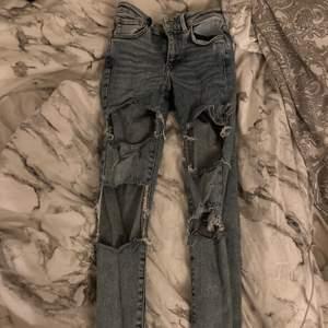 Jeansen är i bra skick och nästan aldrig använda, där är rätt stora hål på dom.