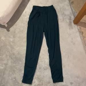 Mjuka och sköna byxor med fickor, formade som stuprör. Svårt att få färgen på bild men de är militärgröna/mörkgröna.
