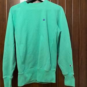 Säljer min älskade Champion sweatshirt då jag aldrig får användning av den. Inga fläckar, hål eller andra defekter. Färgen är lite starkare irl. Tror nypriset var runt 1000 kr, hittar inte den på hemsidan längre. Köparen står för frakt (66 kr)