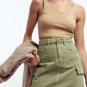En perfekt kjol till sommaren. Säljer för köpte fel storlek. Den är oanvänd och ha prislapp på. Storlek 38 och passar dig som brukar ha  small-medium. Kan mötas upp eller skicka med postnord.