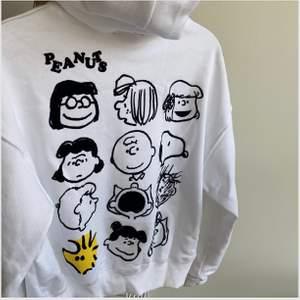 Säljer denna jättecoola hoodie från zara, knappt använd💕 storlek S, pris kan diskuteras💕
