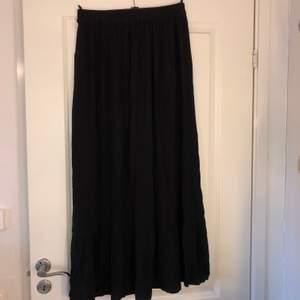 Oanvänd lång svart kjol, inga fläckar eller slutet. Skriv för mer frågor, om leverans väljs står kund för frakt kostnader
