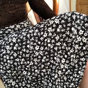 Somrig midi-kjol från bershka
