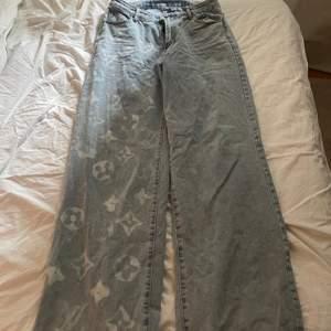 Ett par LV jeans som är DIY. Skit snygga och trendiga! Kolla gärna in fler saker jag säljer! 🤎