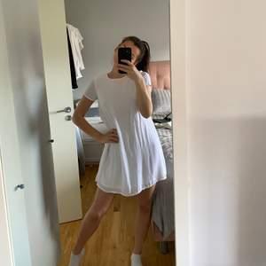 Aldrig använd!! Storlek 34 men passar mig som annars bär S. Väldigt avslappnad klänning men snyggt med ett skärp i midjan om man vill få fram lite midja🥰 Frakt tillkommer (säljer fler klänningar, kolla gärna min profil)