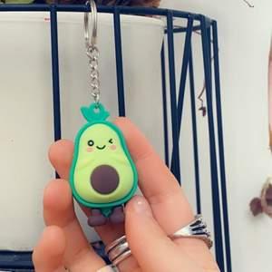 Säljer denna avokado nyckelknippa som är andels ny🥑mycket söt och perfekt att hänga bredvid nycklarna❤️har själv en likadan, så säljer då jag har två st:) 50kr+11kr frakten. (Gratis frakt vid snabbköp)