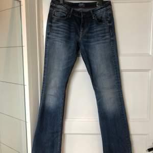 Supersnygga bootcutjeans i bra material. Hållbart, stretchigt och mjukt. Säljer för att de är försmå. Stl 32/33 så passar dig som är lite längre (jag är 171cm) och har lite mindre lår. Jag har M/L/40 på vanliga jeans. Köpare står för frakt. Skriv för mer bilder.