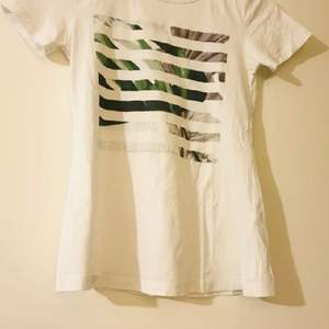 Väldigt fin vit t-shirt med växt detaljer 🌸 Använd några gånger.