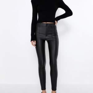 Skinbyxor från Zara i storlek XS, använd en gång, alla storlekar är slutsålda på hemsidan, 300kr ink frakt🖤