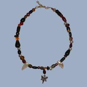 Handgjort halsband med en blandning av unika glaspärlor, sötvattenspärlor samt en berlock med en älva. Reglerbart mellan ca.40-45 cm långt. Skriv för fler bilder eller frågor, frakt är inkluderat i priset!🤎🧚♀️
